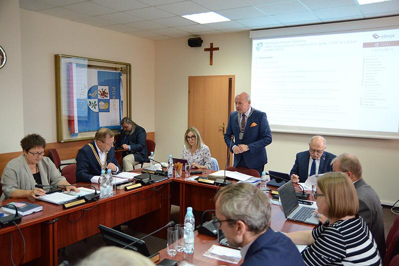 Radni Rady Powiatu w Policach podczas XXXII sesji Rady Powiatu w Policach