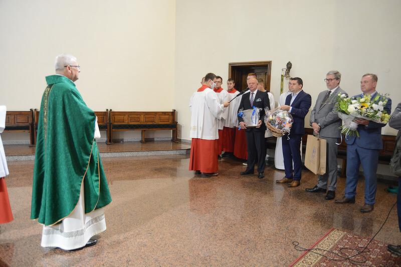 Przedstawiciele władz samorządowych składają podziękowania ks. Waldemarowi Gasztkowskiemu podczas jego ostatniej Mszy Świętej w Policach