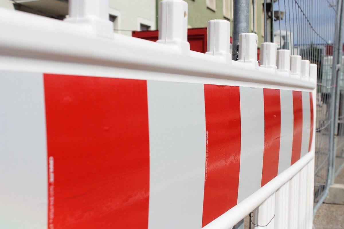 Zdjęcie przedstawiające rogatki sygnalizujące roboty drogowe