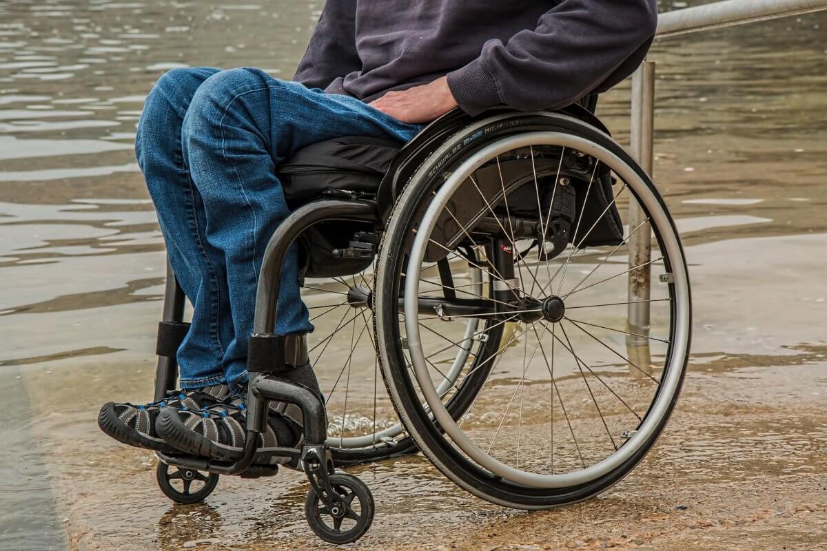 Mężczyzna siedzący na wózku inwalidzkim