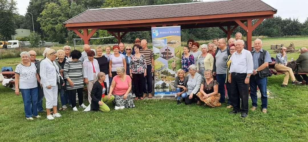 """Uczestnicy pikniku """"Kropla Zdrowia dla Seniora"""" przy wspólnym zdjęciu"""