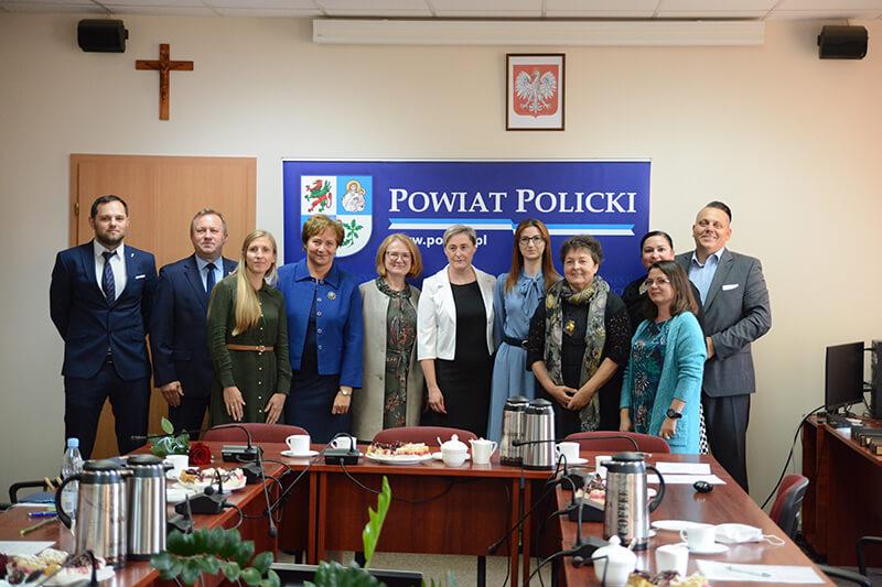 Mianowani nauczyciele wraz Zarządem Powiatu w Policach i dyrektorami szkół i placówek we wspólnym pamiątkowym zdjęciu w sali sesyjnej Starostwa Powiatowego w Policach