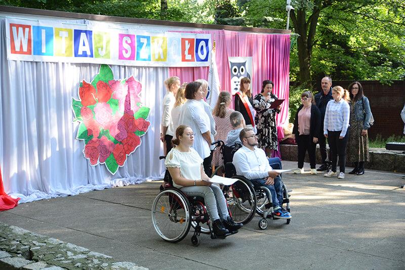 Nowo przyjęci uczniowie SOSW nr 1 w Policach składają w amfiteatrze ośrodka ślubowanie podczas rozpoczęcia roku szkolnego 2021/2022