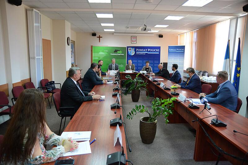 Uczestnicy briefingu w sprawie otwarcia Centrum Informacji dla Cudzoziemców w Powiecie Polickim w sali sesyjnej Starostwa Powiatowego w Policach