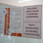 Informacje wydrukowane na kartkach i przyklejone do szyby