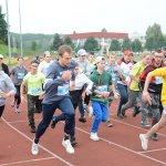 Uczestnicy zawodów startują w biegu na 400 metrów