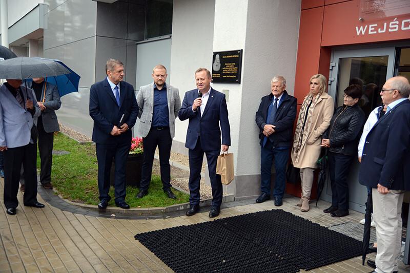 Starosta Policki Andrzej Bednarek przemawia wśród zaproszonych gości przy hali Ośrodka Sportu i Rekreacji w Policach