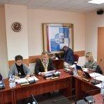 Radni Rady Powiatu w Policach siedzą przy stole w sali sesyjnej