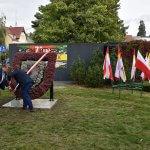 Burmistrz Polic Władysław Diakun i Przewodniczący Rady Miejskiej w Policach Andrzej Rogowski odsłaniają płaskorzeźbę