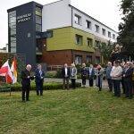 Zaproszeni goście na odsłonięcie płaskorzeźby herbu Polic