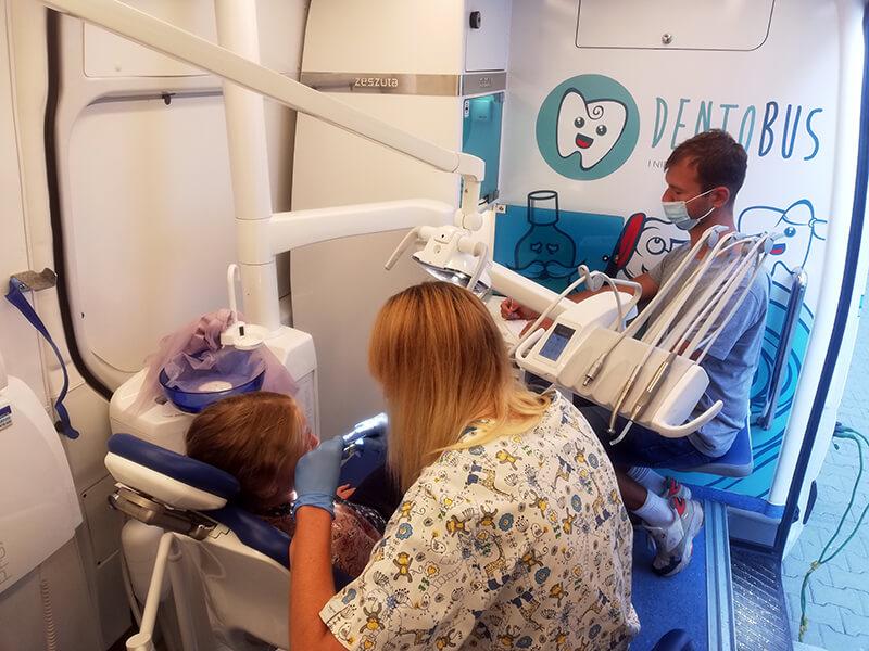 Prowadzenie badania stomatologicznego w dentobusie