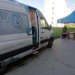Samochód Dentobus stojący przed szkołą