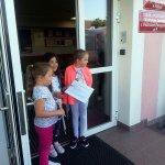 Uczennice czekają na wizytę dentystyczną