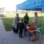 Uczeń po badaniu w Dentobusie odbiera upominku z namiotu promocyjnego