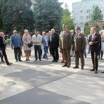 Zaproszeni goście stoją na placu podczas odsłonięcia płaskorzeźby Bolesława Krzywoustego