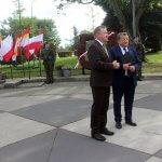 Starosta Policki Andrzej Bednarek i Burmistrz Polic Władysław Diakun stoją na placu przy płaskorzeźbie Bolesława Krzywoustego