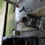 Uczestnik zawodów strzeleckich leży na brzuchu i oddaje strzał