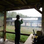 Uczestnik zawodów strzeleckich oddaje strzał stojąc