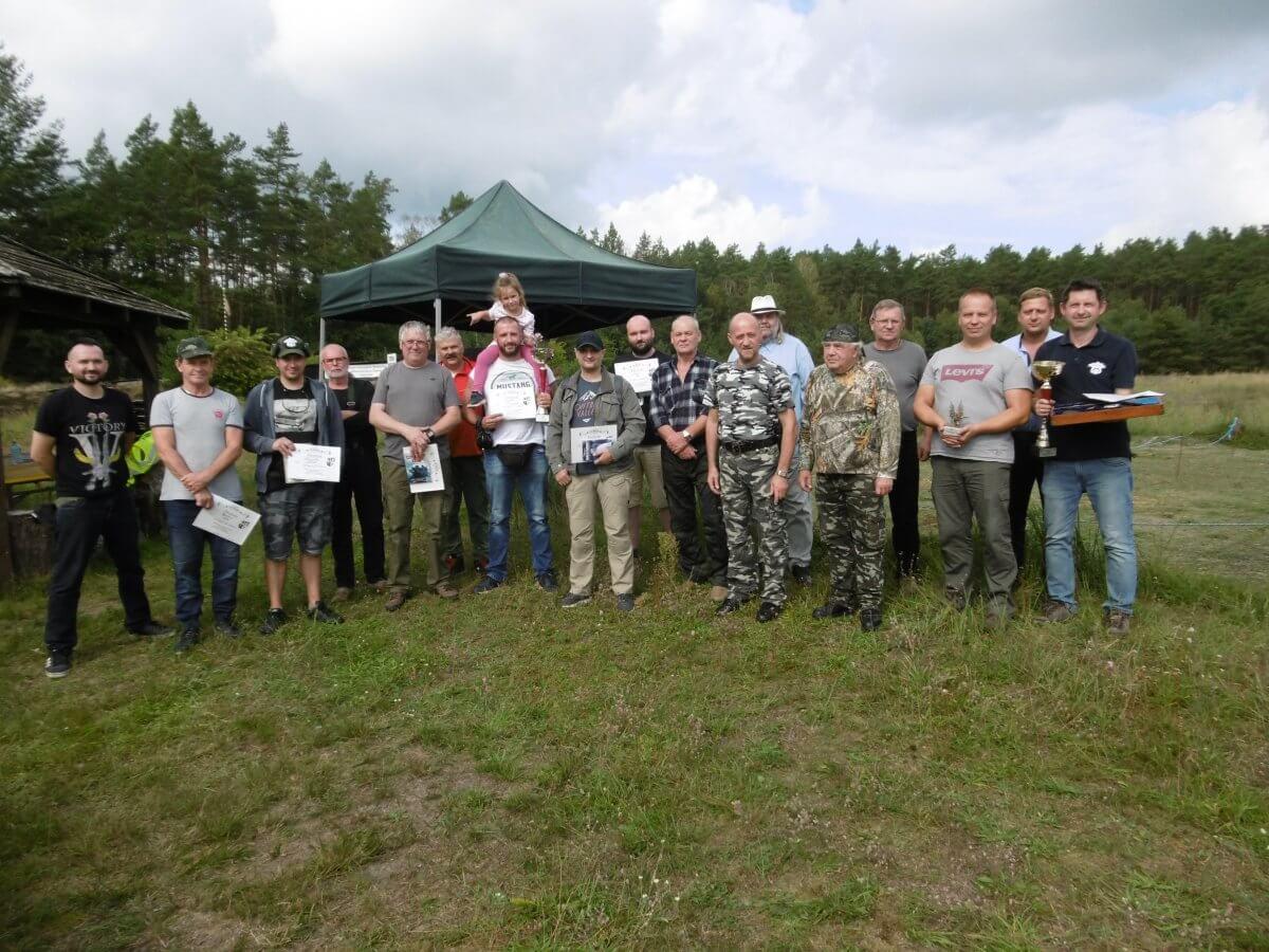 Uczestnicy zawodów strzeleckich z nagrodami na wspólnym zdjęciu