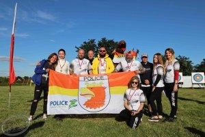 Reprezentacja klubu Defmar Police z flagą Polic