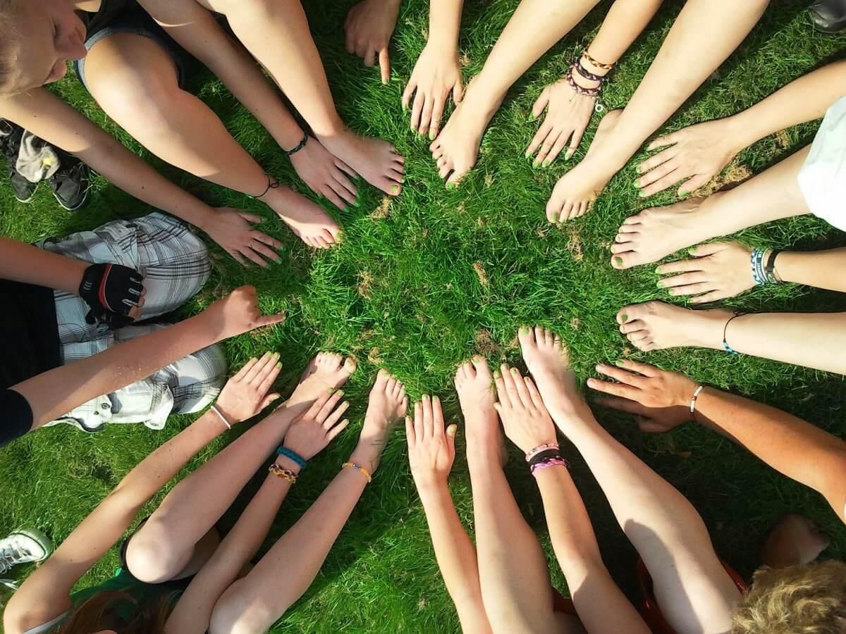 ludzkie ręce na zielonej trawie