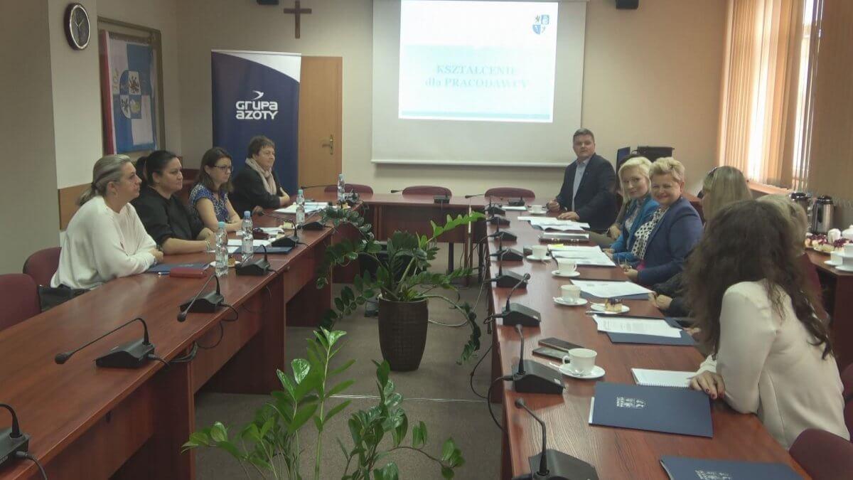Uczestnicy spotkania roboczego w sali sesyjnej