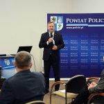 Starosta Policki Andrzej Bednarek przemawia podczas konferencji