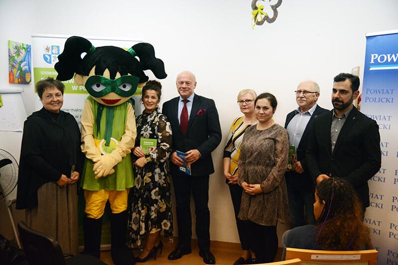 Uczestnicy premiery filmu wraz z maskotką Harmonijką na wspólnym zdjęciu