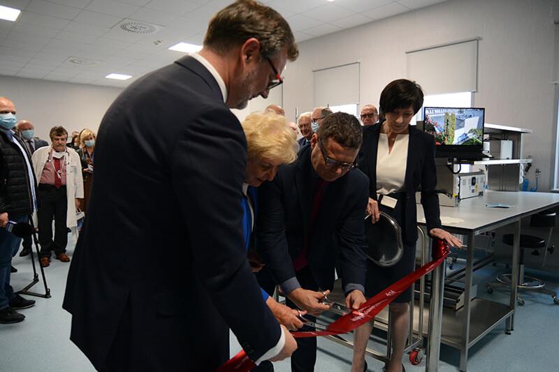 Dyrektor szpitala SPSK PUM wraz z zaproszonymi gośćmi przecinają wstęgę otwarcia w sterylizatorni