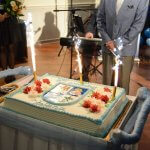 Okolicznościowy tort z okazji urodzin Stefana Marszałka, udekorowany kolorowymi kwiatami, z napisem 75 urodziny Stefana, a po środku herb Powiatu Polickiego. Na torcie trzy zapalone race